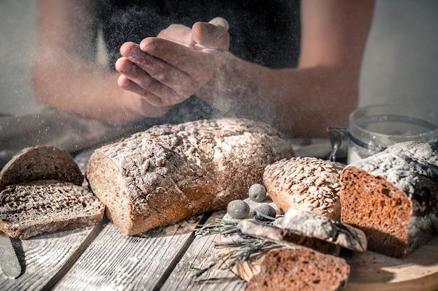 手に小麦粉とパン屋
