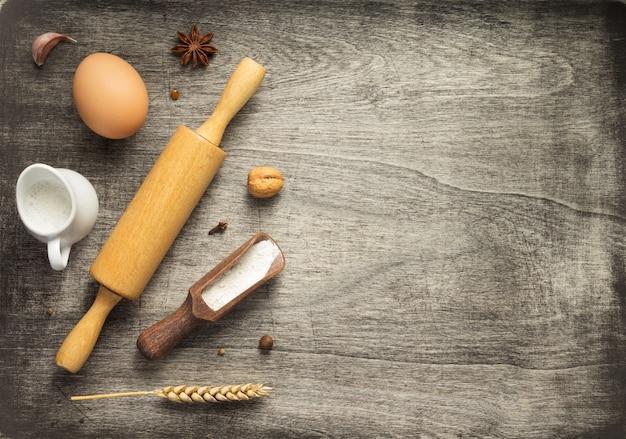 木製の背景テーブル、上面図のパン屋とパンの材料