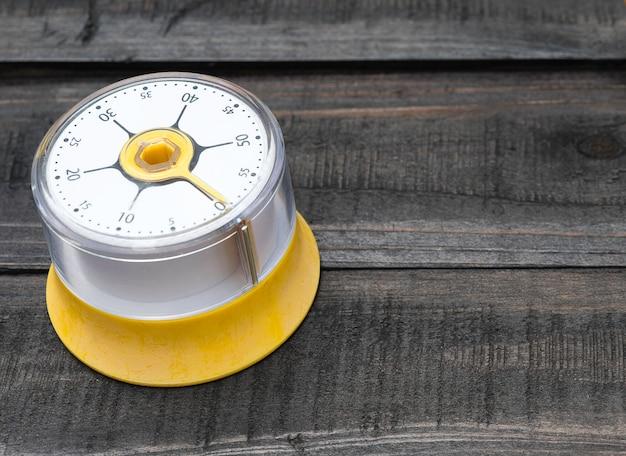 木のテーブルにキッチンタイムキーピングのベーカリーとクッキングツール