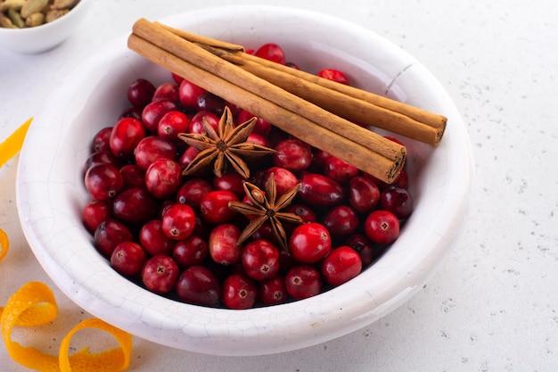 크리스마스 베이킹 요리 재료와 빵집 배경입니다. 밀가루, 갈색 설탕, 크랜베리 및 향신료 평면도