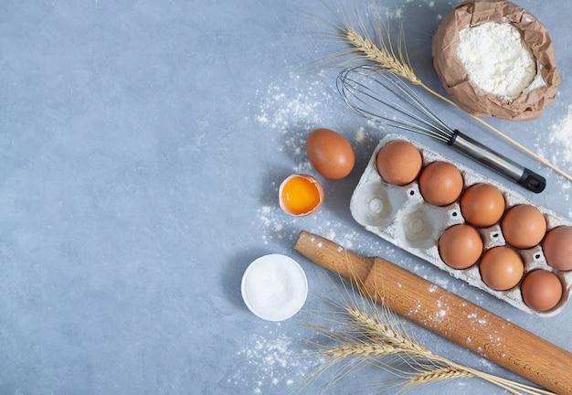 Пекарня фон с сырьем для приготовления пирога
