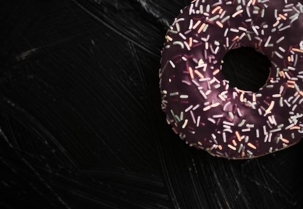 Брендинг пекарни и концепция кафе замороженные посыпанные пончики сладкое тесто десерт на деревенском деревянном бак ...