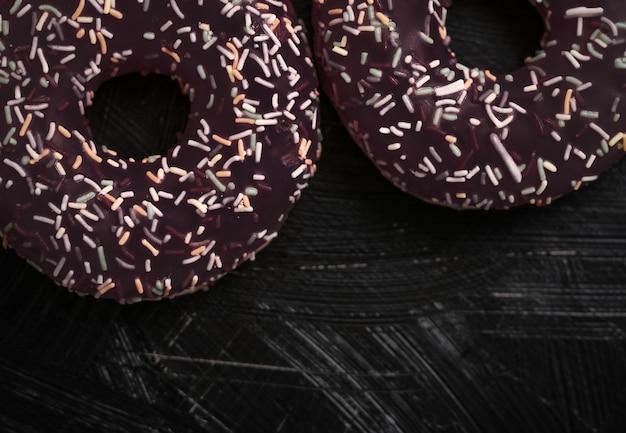Брендинг пекарни и концепция кафе замороженные посыпанные пончики сладкая выпечка десерт на деревенском деревянном фоне пончики как вкусная закуска вид сверху продуктовая марка плоская планировка для меню блога или дизайна поваренной книги