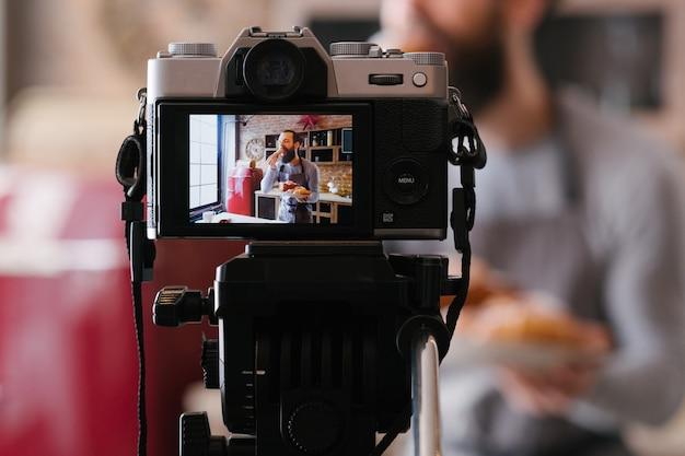 베이커리 사업. 요리 동영상 블로그. 팟 캐스트 촬영. 신선한 파이와 앞치마에 남자. 카메라 화면.