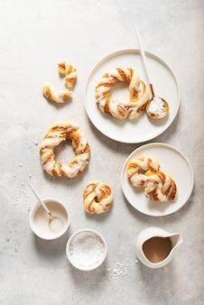 ベーカリーのコンセプト、明るい背景に艶をかけられた砂糖と甘い丸いデザート。トップダウンビュー。