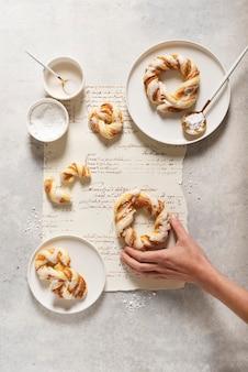 ベーカリーのコンセプト、艶をかけられた砂糖と甘い丸いデザート
