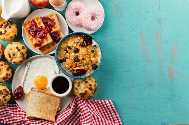 Хлебобулочные изделия и мюсли на завтрак