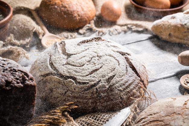 빵집-검은 칠판 배경에 빵과 빵의 골드 소박한 피 각질의 덩어리.