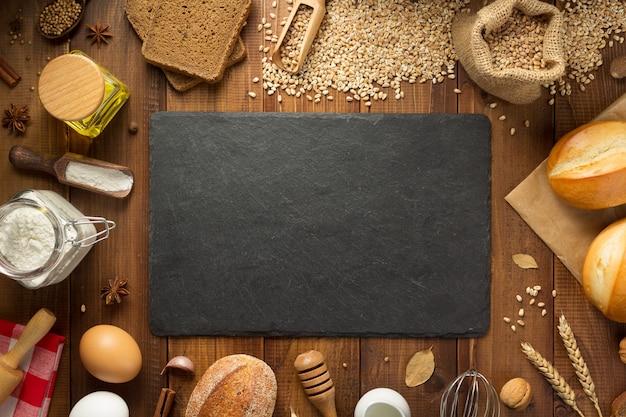 木製の背景、上面図にパン屋の食材