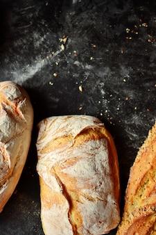 Выпечка. хрустящий, красивый хлеб на темном фоне. вид сверху