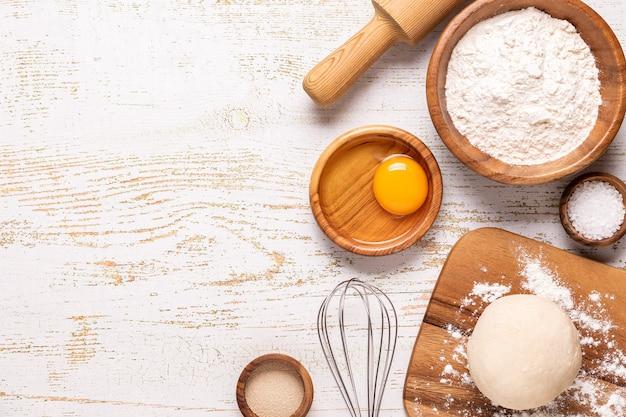베이커리 제품 - 밀가루, 반죽, 효모, 소금. 상위 뷰, 복사 공간입니다.