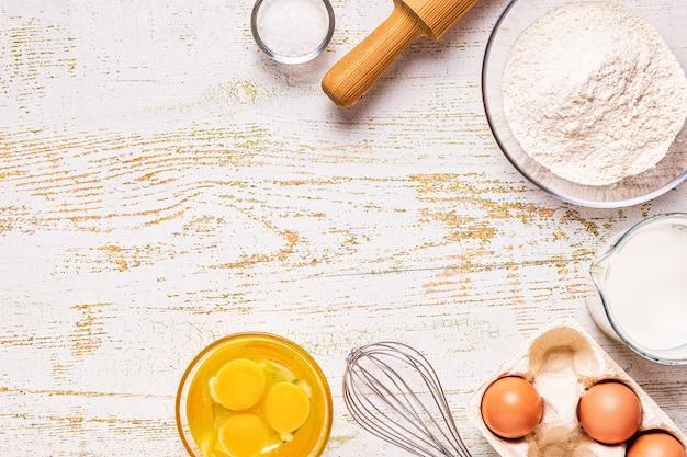 베이커리 제품 - 밀가루, 계란, 우유. 상위 뷰, 복사 공간입니다.