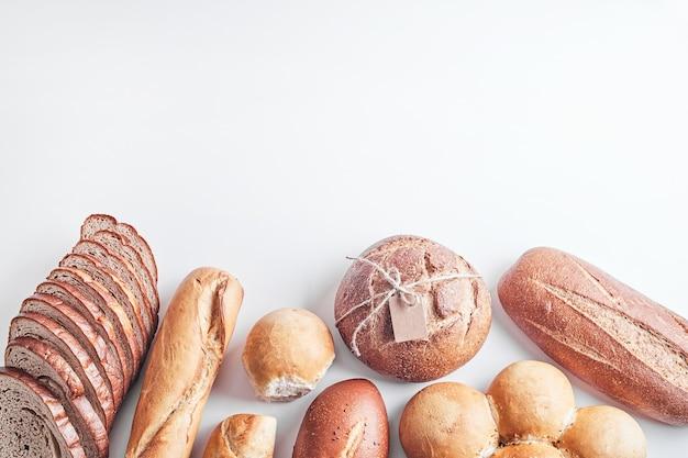 Хлебобулочные изделия на белом столе.