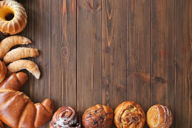 Хлебобулочные изделия на деревянных фоне