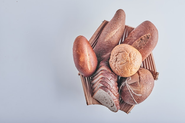 Prodotti da forno sulla tavola bianca in un cestino di legno.