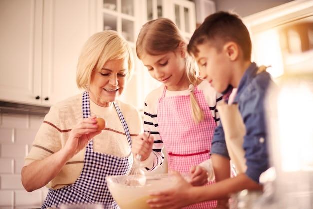 祖母と一緒にケーキを焼く