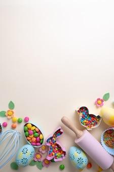 ベーキングおよび調理の概念。お菓子を作るためのクッキーカッター、泡立て器、ローラーピン、キッチンベークツール。静物を焼く休日の平面図。甘いレシピクックブック。