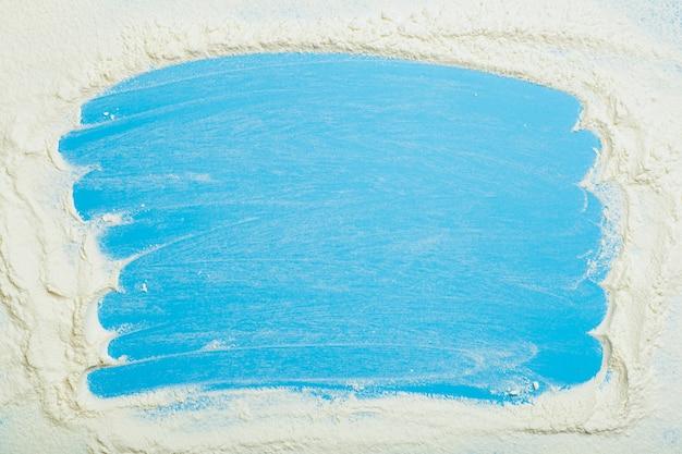 Выпечка и тесто фон пшеничная мука на синем кухонном столе еда приготовление фон высокого качества ...