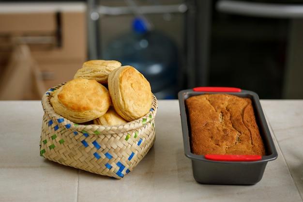 Выпечка дома свежеиспеченные блины и печенье на прилавке на мексиканской кухне.