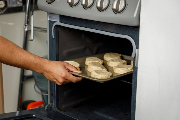 Выпечка в домашних условиях ставим противень с печеньем в духовку с плиты
