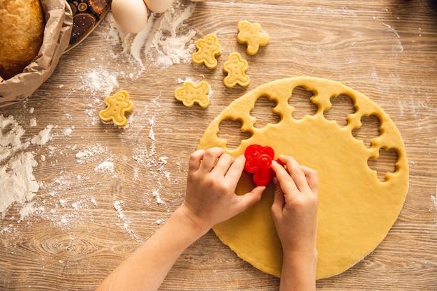 베이킹 배경 : 쿠키 만들기 과정. 손이 준비 중입니다. 상위 뷰, 근접 촬영