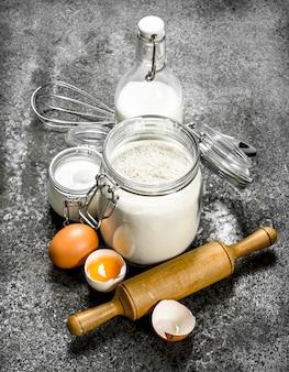 Фон выпечки. свежие ингредиенты для теста. на деревенском фоне.