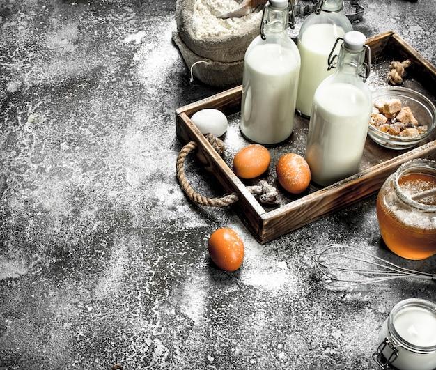 ベーキングの背景。生地を作るための新鮮な食材。素朴な背景に。