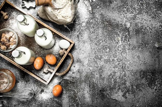 Фон выпечки. свежие ингредиенты для приготовления теста. на деревенском фоне.