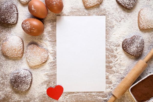 Фон выпечки с чистым листом бумаги для рецепта или меню