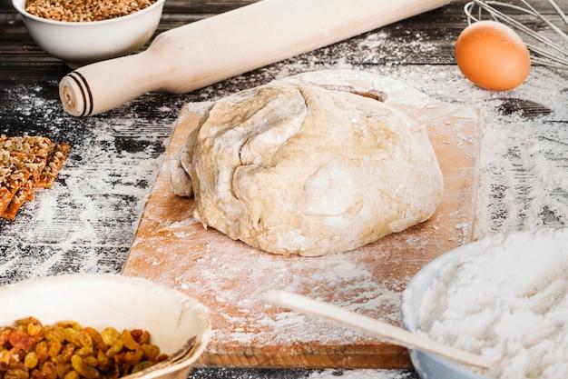 Выпечка хлеба на кухонном столе