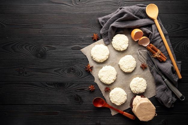나무 배경 평면도에 코티지 치즈에서 굽기