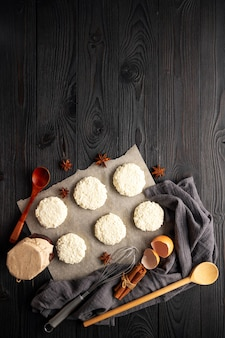 木製の背景の上面図でカッテージチーズから焼く