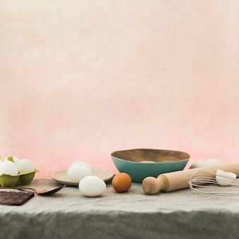 Ingredienti di cottura contro lo sfondo colorato