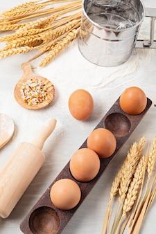 ベーキング材料と台所用品は平らに置かれました。健康的な食事、家庭料理、ベーキングレシピ、オンライン料理ブログ、クラスのコンセプト。上面図