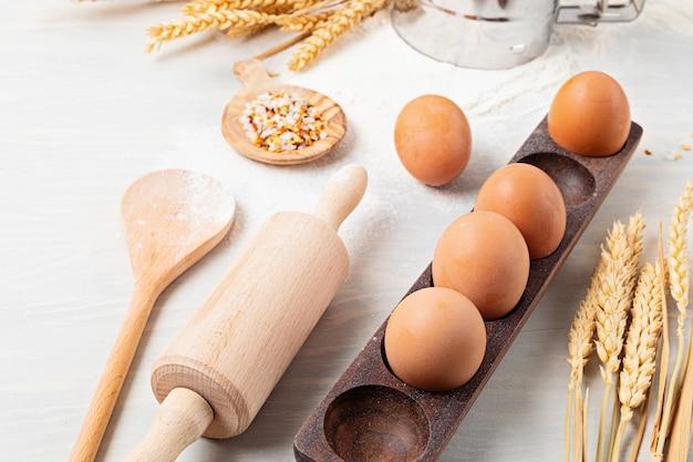 Компоненты для выпечки и кухонная утварь плоская. здоровое питание, домашняя кулинария, рецепты выпечки, онлайн-блог о кулинарии и концепция классов. вид сверху