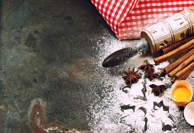 반죽 준비를 위한 베이킹 재료 및 통행료. 크리스마스 음식. 빈티지 스타일 톤 그림