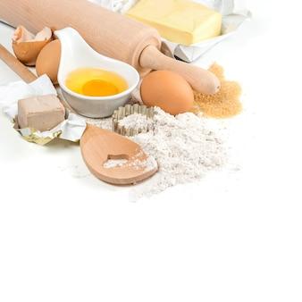 ベーキング材料卵、小麦粉、酵母、砂糖、バター。台所用品。食品の背景