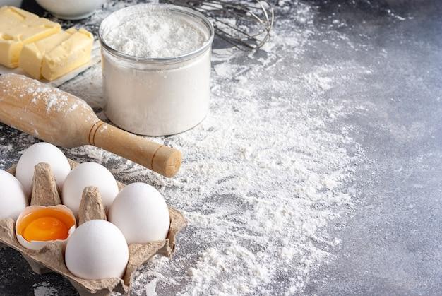 제빵 재료 : 밀가루, 계란, 버터, 설탕, 테이블 위에 롤링 핀