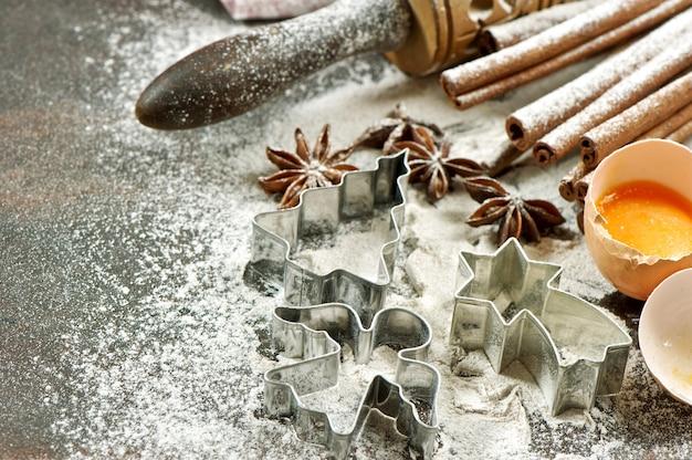 반죽 준비를 위한 베이킹 재료. 밀가루, 계란, 롤링 핀 및 쿠키 커터. 크리스마스 음식