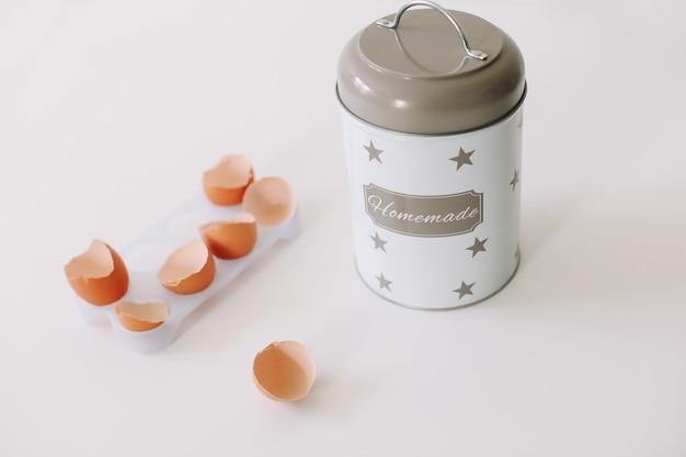 Выпечки ингредиенты для теста на кухне на белом фоне