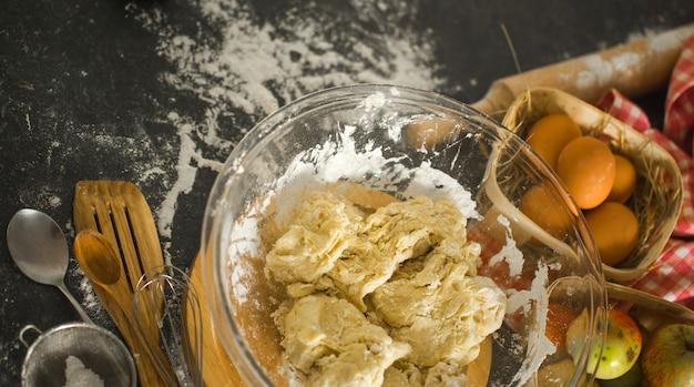 Ingredienti di cottura sul tavolo della cucina. vista dall'alto.