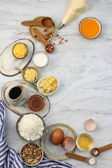 Подготовка ингредиентов для выпечки на столе из белого мрамора. вид сверху с копией пространства для текста или рекламы