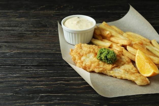Бумага для выпечки с жареными чипсами и рыбой