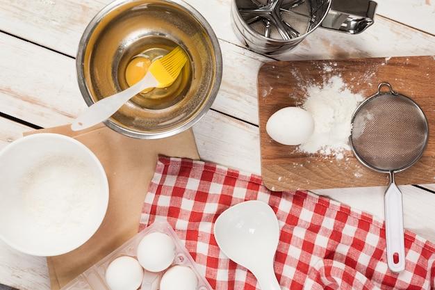 Приготовление выпечки, вид сверху на различные хлебопекарные принадлежности и ингредиенты
