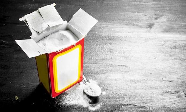 Пищевая сода. на черной доске Premium Фотографии