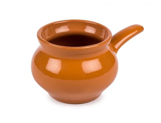 白い背景に分離された鍋を煮込んで粘土を焼く