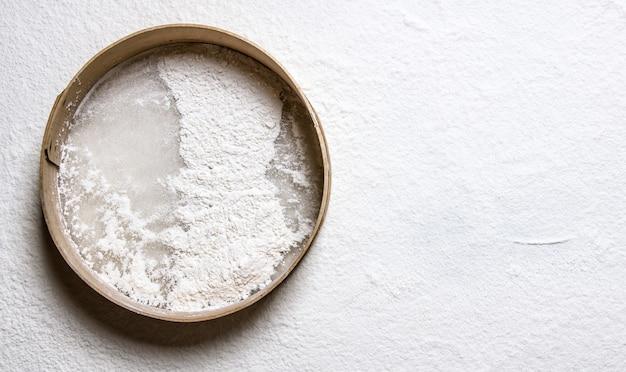 生地、木製ふるいを小麦粉で焼く。