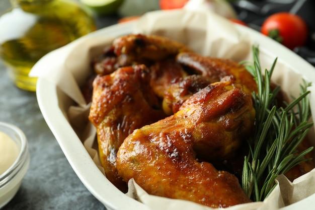 구운 닭 날개와 베이킹 트레이, 클로즈업
