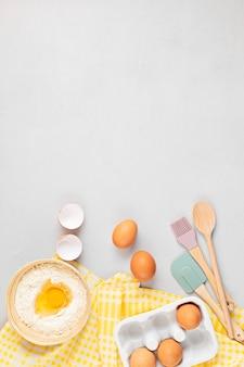 タルト、生地、ペストリー用のベーキング用品と調理材料。卵、小麦粉で平らに置きます。