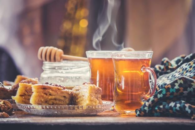 Пахлава мёд и чай. выборочный фокус. продукты питания.